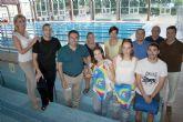 El Alcalde de Alcantarilla visita las instalaciones de la Piscina Municipal Cubierta y entrega nuevo material deportivo a los monitores-socorristas