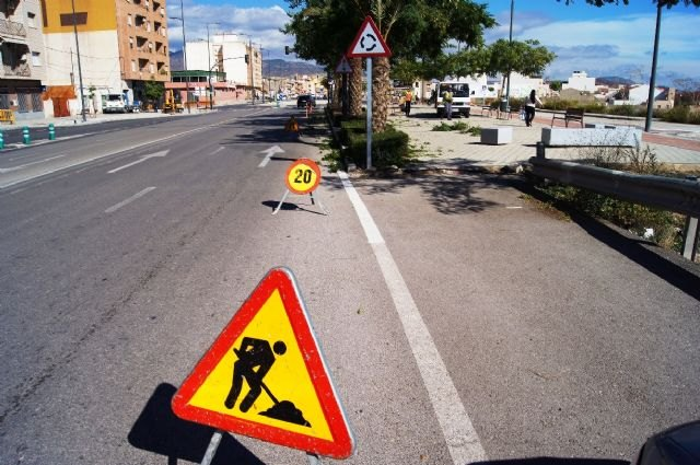 Perform maintenance work of gardening in the green spaces of the Avenida Juan Carlos I