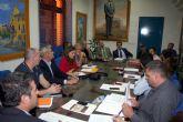 La Comisión de Calidad del Aire se reúne ayer en Alcantarilla, asistiendo representantes de la empresa Derivados Químicos como invitados