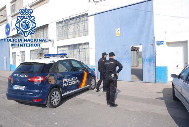Detenidos in fraganti por la Policía Nacional cuando estaban robando en una nave industrial - 1, Foto 1
