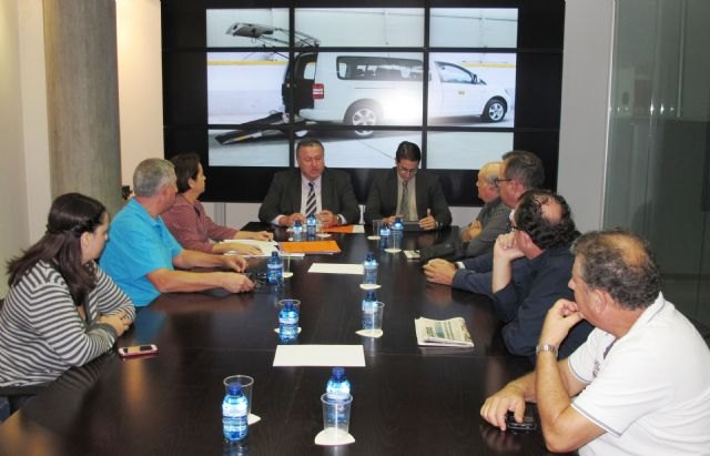 El consejero de Fomento muestra el apoyo del Gobierno regional al sector del taxi de la Región de Murcia - 1, Foto 1
