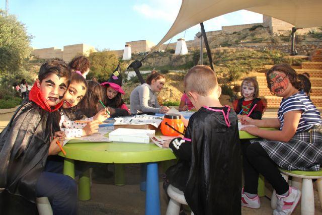 Más de 350 niños se suben al tren de la bruja y descubren la cueva encantada en Puerto Lumbreras - 1, Foto 1