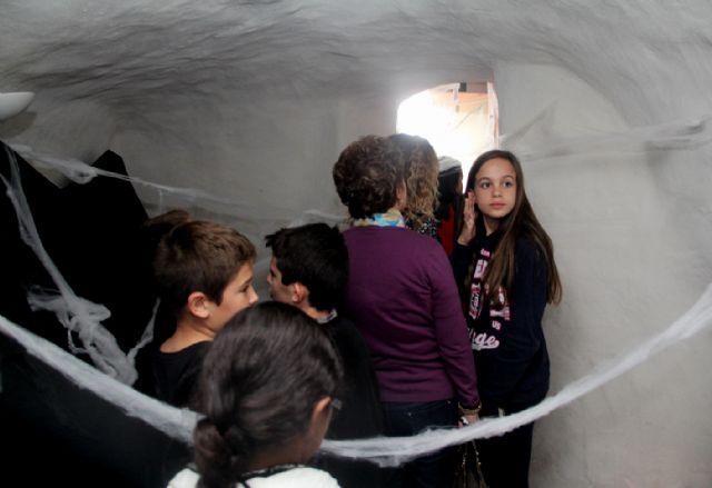 Más de 350 niños se suben al tren de la bruja y descubren la cueva encantada en Puerto Lumbreras - 2, Foto 2