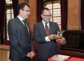 El Alcalde entrega al Embajador de los Estados Unidos un Nacimiento artesanal en su visita al Ayuntamiento