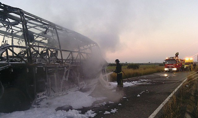 CEIS Firefighters extinguished the fire this morning on an empty bus in Totana