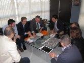 Fomento trabaja en los proyectos de mejora de la rotonda de Pozo Aledo y de los accesos a la zona comercial de Dos Mares