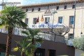 Se coloca una pancarta en la fachada principal del Ayuntamiento contra el proyecto de la Línea de Alta Tensión en los municipios de Totana y Aledo