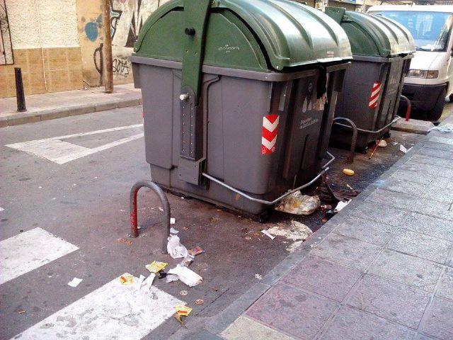 El PSOE denuncia que hay calles de El Carmen por las que no pasa el servicio de limpieza desde hace días - 1, Foto 1