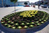 La Concejalía de Medio Ambiente renueva parte de las zonas verdes municipales con flor de temporada