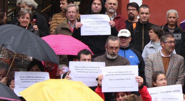 Concentración en la puerta del Ayuntamiento para protestar por la Ley de Reforma Local, Foto 1