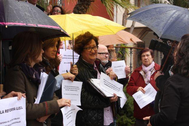 Concentración en la puerta del Ayuntamiento para protestar por la Ley de Reforma Local, Foto 4