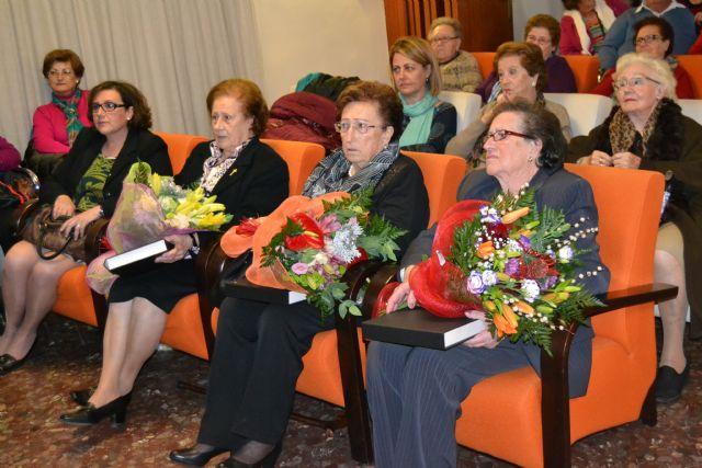 Las amas de casa homenajean a sus socias mayores en la fiesta de la Navidad - 1, Foto 1