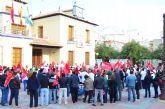 Los 47 trabajadores de Arimesa, junto a sus familias, se han manifestado en el Ayuntamiento de Santomera en defensa de sus puestos de trabajo y contra el cierre de la empresa