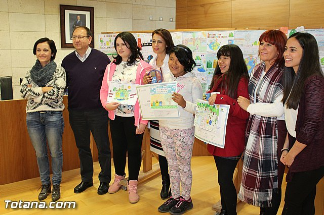 "The City Council awards prizes to the three winners of the school drawing contest ""In recycling, you paint a lot"""
