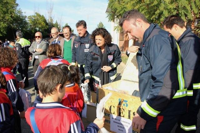 Más de 200 escolares participan en la recogida de alimentos organizada por el Parque de Bomberos de Mula - 1, Foto 1