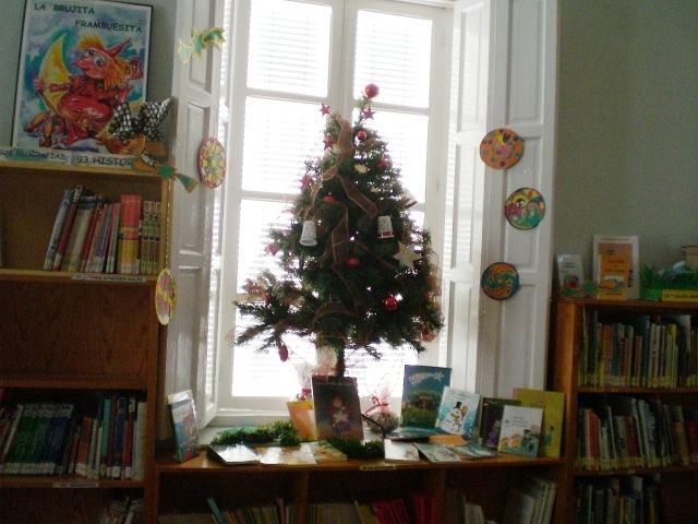 "The Municipal Library ""Matthew Smith"" makes a selection of children's reading and is adorned on the occasion of the Christmas season"