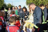 Más de 200 escolares participan en la recogida de alimentos organizada por el Parque de Bomberos de Mula