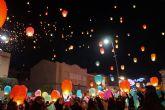 2.500 farolillos solidarios surcan el cielo torreño para convertirse en regalos