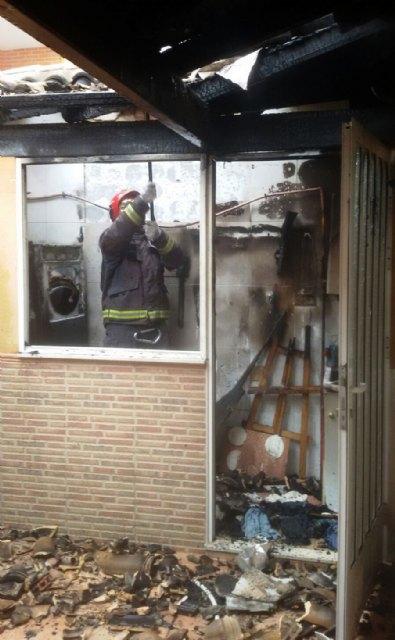Bomberos apagan el incendio en una vivienda de Totana