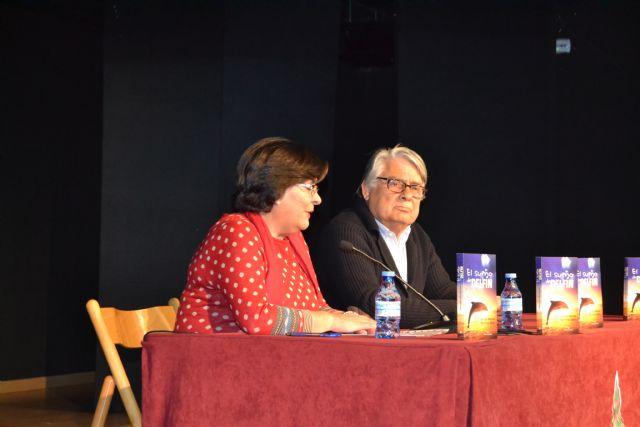 Alfonso Barnés presenta en Águilas El sueño del delfín - 1, Foto 1