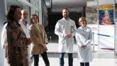 La consejera de Sanidad alaba el trabajo artístico de los profesionales sanitarios en la exposición de pintura del hospital Reina Sofía