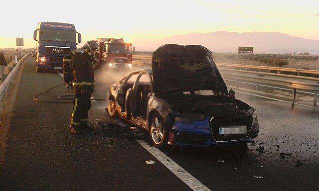 Bomberos sofocan el incendio de un vehículo en la A-7, en Totana, Foto 1