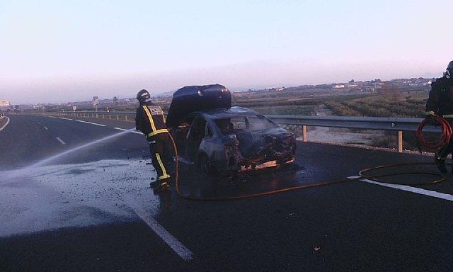 Bomberos sofocan el incendio de un vehículo en la A-7, en Totana, Foto 3