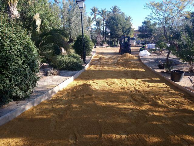Trabajos de mantenimiento y mejora en el jardín de El Palmeral, Foto 2