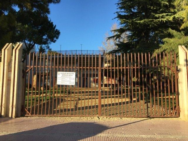Se cierra el parque municipal para evitar accidentes como consecuencia de los efectos del fuerte viento, Foto 1