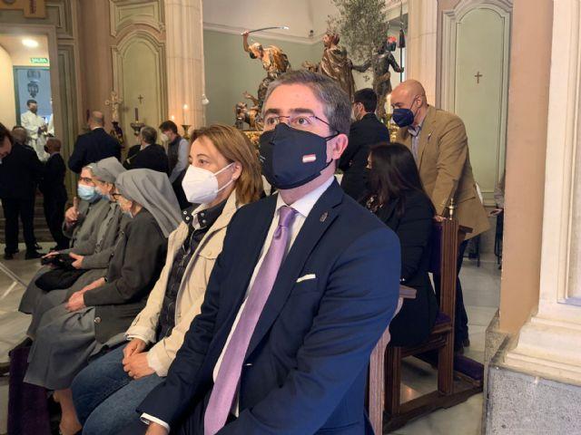 Los concejales Rebeca Pérez y Jesús Pacheco asisten a los Santos Oficios del Jueves Santo en la Iglesia de Nuestro Padre Jesús - 1, Foto 1