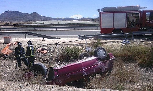 Atienden a una mujer tras volcar su coche en la carretera Alhama-Mazarrón, a la altura de El Paretón, Foto 1