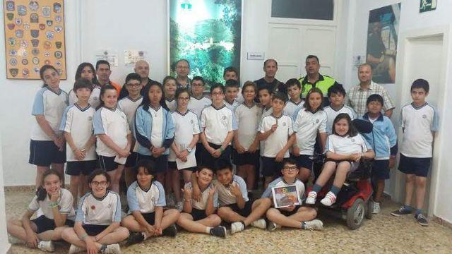 Alumnos del Colegio La Milagrosa entregan a Protección Civil el Plan de Emergencias de su centro de enseñanza elaborado por ellos mismos, Foto 1