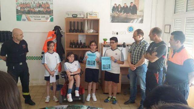 Alumnos del Colegio La Milagrosa entregan a Protección Civil el Plan de Emergencias de su centro de enseñanza elaborado por ellos mismos, Foto 2