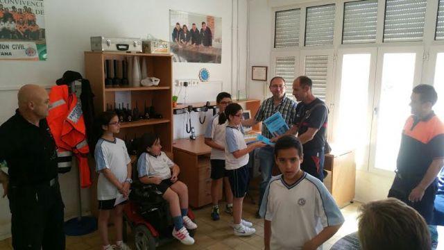 Alumnos del Colegio La Milagrosa entregan a Protección Civil el Plan de Emergencias de su centro de enseñanza elaborado por ellos mismos, Foto 3