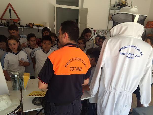 Alumnos del Colegio La Milagrosa entregan a Protección Civil el Plan de Emergencias de su centro de enseñanza elaborado por ellos mismos, Foto 5