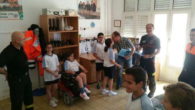 Alumnos del Colegio La Milagrosa entregan a Protección Civil el Plan de Emergencias de su centro de enseñanza elaborado por ellos mismos, Foto 6