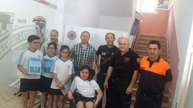 Alumnos del Colegio La Milagrosa entregan a Protección Civil el Plan de Emergencias de su centro de enseñanza elaborado por ellos mismos, Foto 7