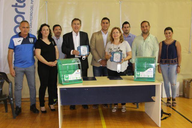 La FFRM dona dos desfibriladores para instalaciones deportivas de San Pedro del Pinatar - 1, Foto 1