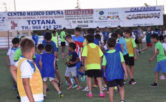 Éxito en la jornada de puertas abiertas organizada por la Escuela de Fútbol Base Olímpico de Totana, Foto 1