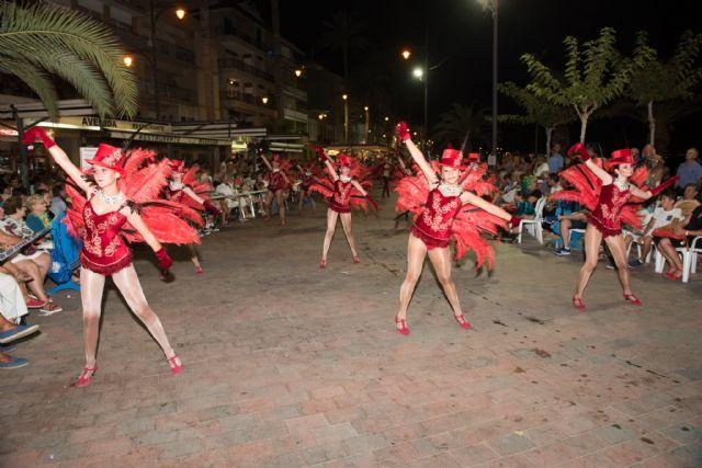 El carnaval de verano hace disfrutar a miles de personas en el paseo marítimo, Foto 1