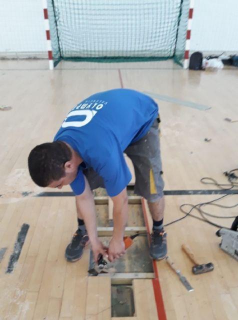 Realizan trabajos de reparaci�n del parquet en las zonas m�s deterioradas del Pabell�n de Deportes Manolo Ib�ñez, Foto 2