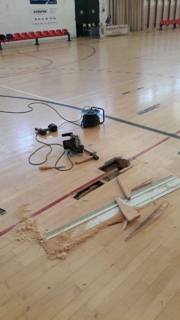 Realizan trabajos de reparaci�n del parquet en las zonas m�s deterioradas del Pabell�n de Deportes Manolo Ib�ñez, Foto 3