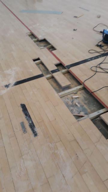 Realizan trabajos de reparación del parquet en las zonas más deterioradas del Pabellón de Deportes Manolo Ibáñez, Foto 4