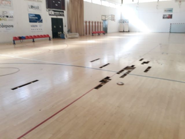 Realizan trabajos de reparaci�n del parquet en las zonas m�s deterioradas del Pabell�n de Deportes Manolo Ib�ñez, Foto 5