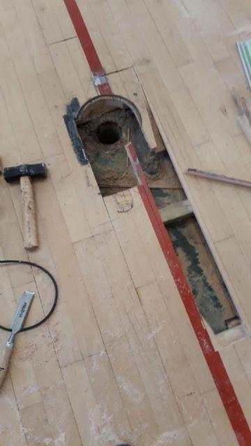 Realizan trabajos de reparaci�n del parquet en las zonas m�s deterioradas del Pabell�n de Deportes Manolo Ib�ñez, Foto 6