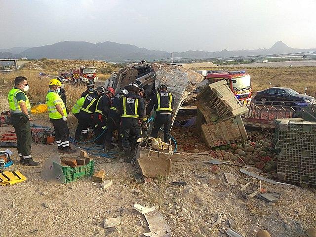 El conductor de un camión resulta herido y atrapado en la cabina del vehículo en Cieza - 1, Foto 1