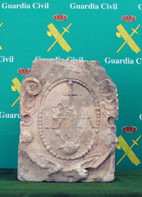 La Guardia Civil recupera en Torre Pacheco un escudo heráldico datado en el siglo XVI - 1, Foto 1