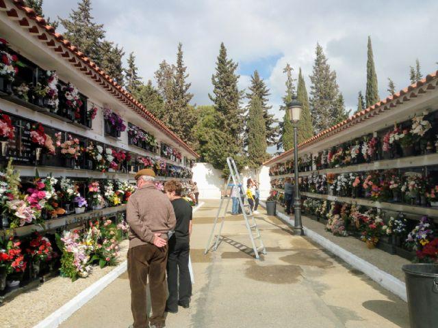 Miles de lumbrerenses acuden al cementerio en la festividad de Todos los Santos 2017 - 2, Foto 2