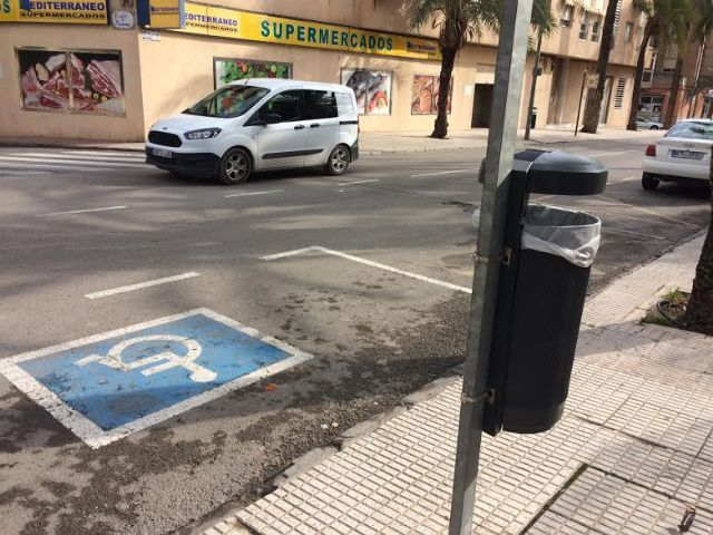Colocan 40 nuevas papeleras en diferentes puntos del casco urbano en una primera fase, Foto 3