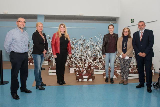 Usuarios del Centro de Día decoran los escaparates de los comercios de Mazarrón, Foto 1